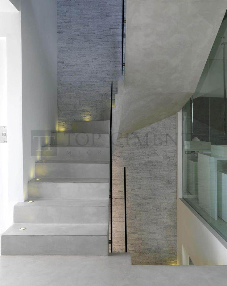 Escalera gris de diseño revestida con microcemento con iluminación y perfilería de aluminio