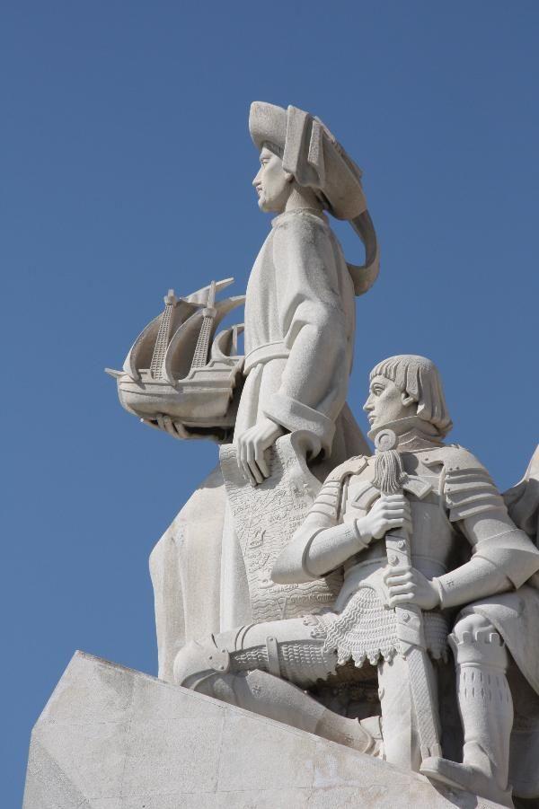 Infante O monumento tem a forma de uma caravela estilizada, com o escudo de Portugal nos lados e a espada da Casa Real de Avis sobre a entrada. D.Henrique, o Navegador, ergue-se à proa, com uma caravela nas mãos. Em duas filas descendentes, de cada lado do monumento, estão as estátuas de heróis portugueses ligados aos Descobrimentos.