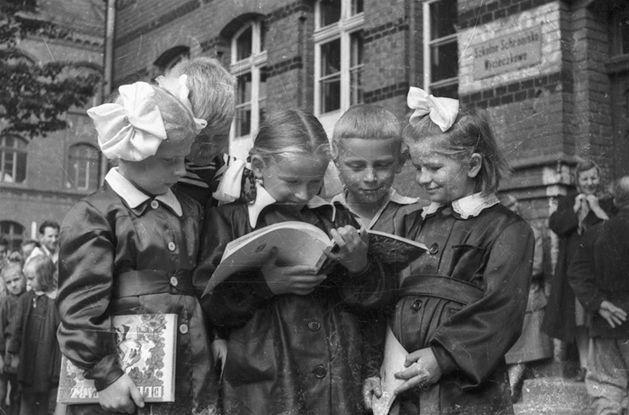 Witaj szkoło! Rozpoczyna się nowy rok szkolny. Zobacz jak wyglądał pierwszy dzień szkoły w PRL i w nowej Polsce.