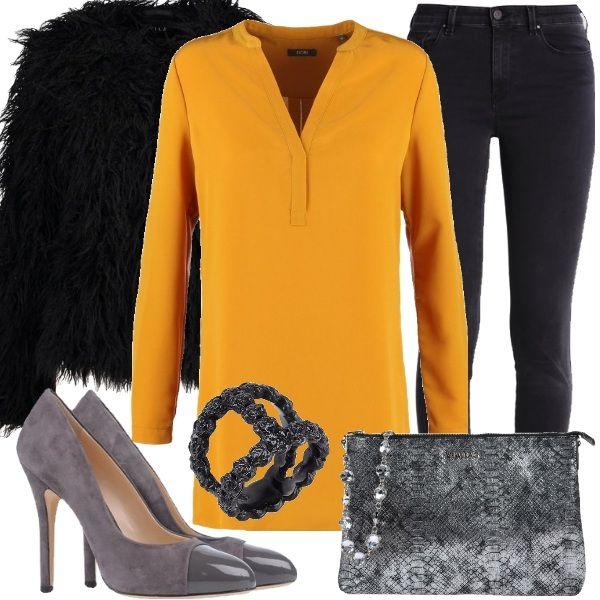Outfit sexy e chic con la tunica sui toni del giallo scuro con scollo a V profondo, abbinata a jeans skinny fit e a giacca in pelliccia ecologica nera. Come accessori abbiamo décolleté di colore grigio con effetto scamosciato e punta tonda e clutch argento con effetto laminato e tracolla removibile. Unico gioiello l'anello nero in metallo.