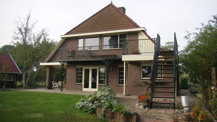 http://www.cronquels.nl/portfolio-items/modern-balkon-met-trap-vanuit-de-tuin/