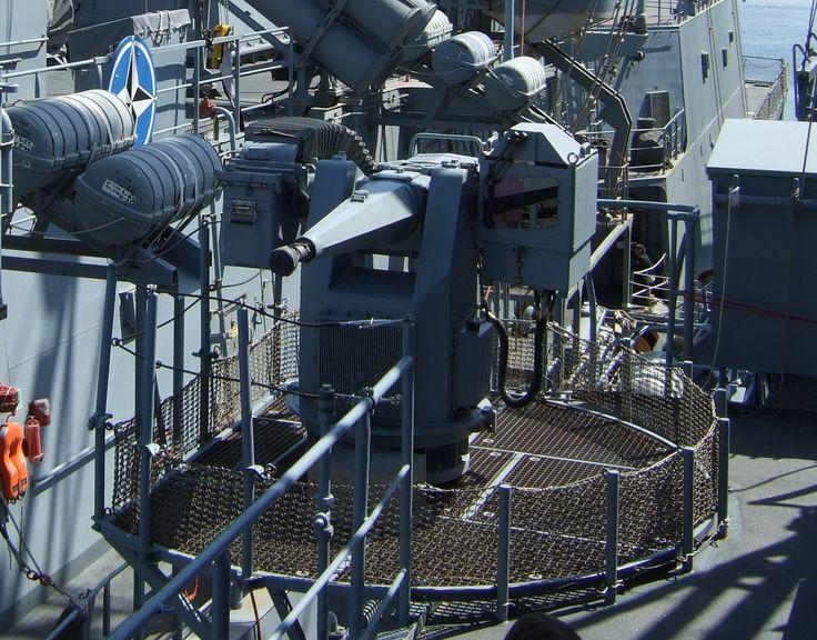 Mauser MLG27 es un sistema de control remoto, totalmente automático luz naval arma contra el aire, el mar y la pequeña-objetivos en tierra utilizados a bordo de buques de la Armada alemana. Calibre: 27 mm Barril: solo barril Elevación: -15 ° a + 60 ° tren: - / + 170 ° Rango: 2000 metros Índice del fuego: 1000 o 1700 disparos por minuto (seleccionables) control: la cámara de televisión, cámaras de infrarrojos, láser telémetro, automática o manualmente objetivo de seguimiento / control remoto…