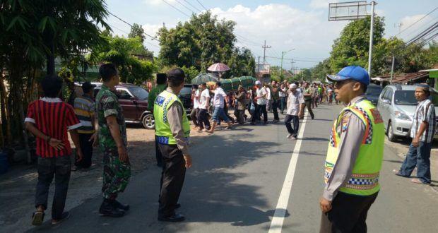 Ada Iring-Iringan Jenazah, Polisi Prioritaskan Iring-Iringan Lewat – Tribratanews Polres Pasuruan kota