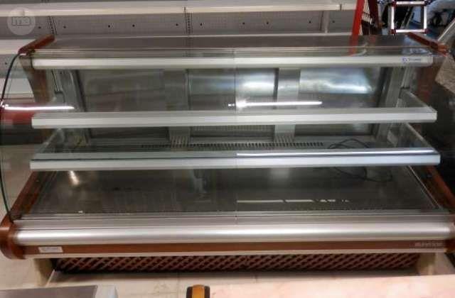 . Vitrina pastelera mostrador cerrada con cristal curvo y laterales en madera muy buen estado y con garantia