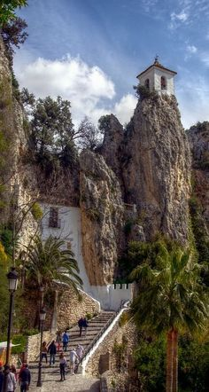 Het kasteel bij Guadalest, bovenop de rots. De weg naar boven voert door een grot naar het kasteel en dorpspleinjte.