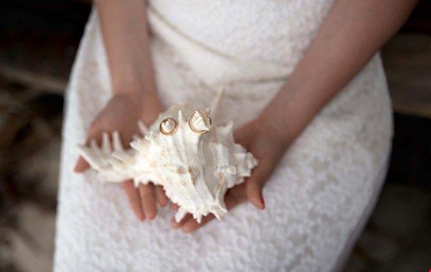 Обручальные кольца на морской ракушке. Идеи для тропической фотосессии на пляже.