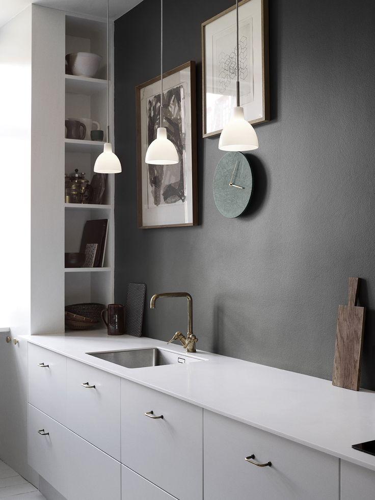40+ Видов настенных часов на кухню: счастливые минуты и часы в уютном доме http://happymodern.ru/chasy-v-kuxne-40-foto-idej/ Великолепный и очень стильный интерьер кухни в серых тонах Смотри больше http://happymodern.ru/chasy-v-kuxne-40-foto-idej/