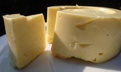 "Especismo Cero :: Queso tipo ""Gouda"" 150 g de tofu duro  - 1 vaso de leche de soja natural no azucarado  - 6 cucharadas de almidón de maíz  - 1 yogur de soja natural no azucarado (en caso de no conseguir yogur, podemos usar leche de soja fermentada con kéfir de agua).  - 6 cucharadas de aceite de girasol  - sal  -1 cucharada de cúrcuma  -2 cucharadas de levadura de cerveza (en lo posible de la marca titan por su calidad)"