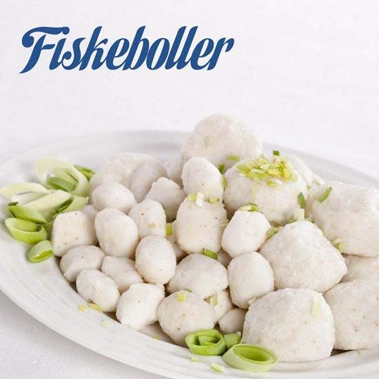Fiskeboller i hvit saus med poteter og salat.   Vi har altid reker med