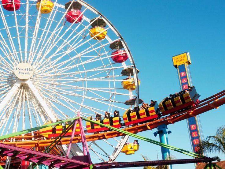 Pacific Park no Santa Monica Pier, na California! Nesse parque de diversões tem vários brinquedos, como montanha russa e roda gigante :)