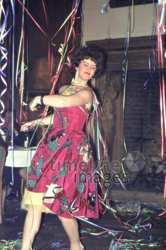 Silvesterfeier in Prag, 1963 Czychowski/Timeline Images #Feiern #Silvester #Neujahrsfeier #Neujahrstag #31.Dezember #Jahresende #Party #Brauchtum #historisch #schwarzweiß #historical #Nostalgie #nostalgisch #Partyoutfit  #vintage #1960er #1960ies #Tänzerin #Frau #rot #pinkes #Kleid #Luftschlangen #PalaceHotel