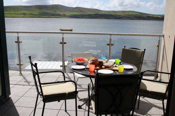 Despertar con vistas a este lago de #irlanda. paz y mucho verde en este intercambio de casa.