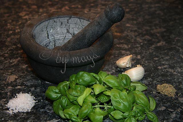 Unt aromat cu verdeturi: 250 g unt;  2 catei de usturoi;  1 lingurita sare de mare;  1 mana frunze de busuioc;  1 lingurita verdeturi de Provence (uscate din rasnita). Untul trebuie sa fie moale.   Îl amestecam putin pana devine cremos. Punem busuiocul, usturoiul, sarea marina si verdeturile uscate în mojar.  Le maruntim pana devin aproximativ o pasta mai groasa. Turnam peste unt si amestecam bine. Daca untul a fost proaspat, tine cel putin 2 saptamani fara probleme (la frigider).