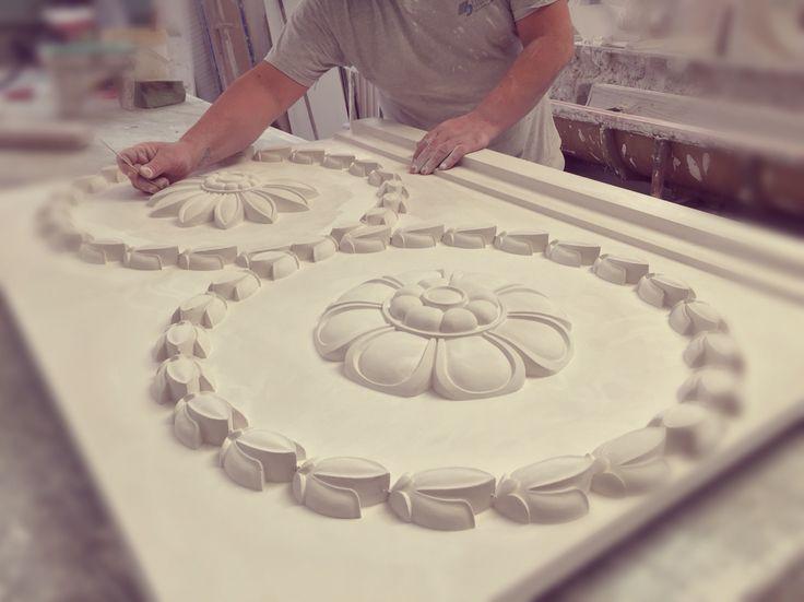 Fabricando frisos decorativos de escayola en ITALICA Decoraciones www.italicadecoraciones.com