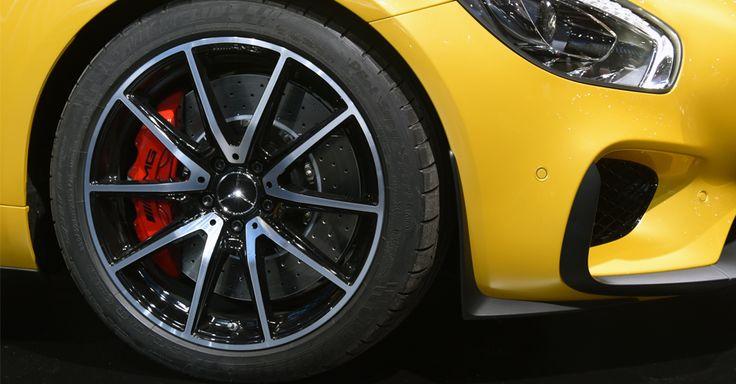 As rodas são de 19 polegadas na dianteira e de 20 na traseira, todas calçadas por pneus Michelin Pilot Supersport