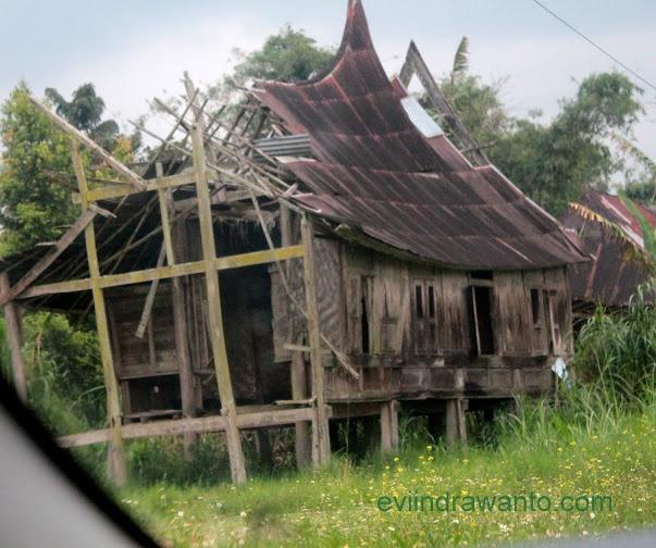 Rumah yang sudah berpuluh tahun ditinggalkan penghuninya