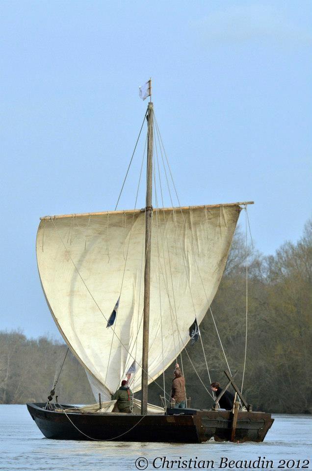 Flottille de Loire: Nous nous sommes rencontrés ... au fil de Loire !Superbe photo de Christian Beaudin en décembre 2012. Arrivée d'Alexis sous voile.