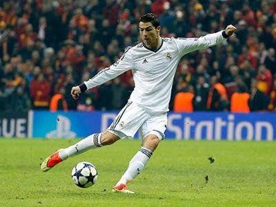 Wah Tendangan Cristiano Ronaldo Buat Tangan Seorang Bocah Patah!
