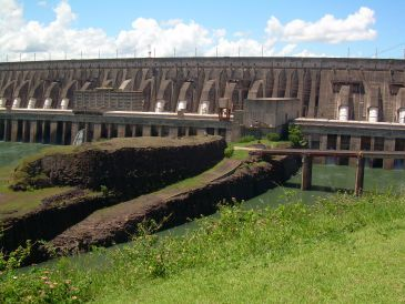 Built by Brazil and Paraguay on the Paraná River, the Itaipu dam is the world's largest hydroelectric power plant. Completed in 1991, it took 16 years to build this series of dams whose length totals 7,744 m. It used 15 times more concrete than the Channel Tunnel, which connects England and France