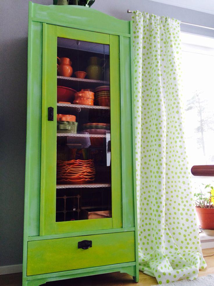 Gammalt linneskåp målat i olika kulörer och lager av färg. Turkos limegrön och pippigult. Linnegardiner med handtryck finns på www.lenaorange.se