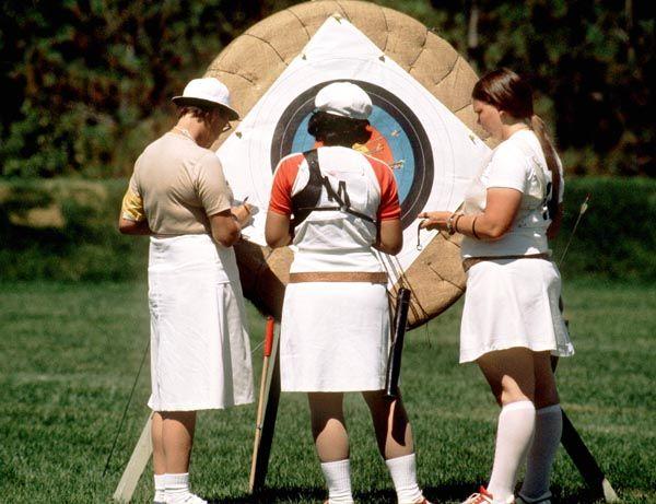 Wanda Allan du Canada (droite) participe au tir à  l'arc aux Jeux olympiques de Montréal de 1976. (Photo PC/AOC)