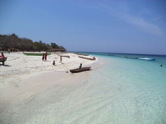 You can freely play on/with the white sands, sunbathe, or use canoes in the sea. There are a lot of canoes in Kangge Island.