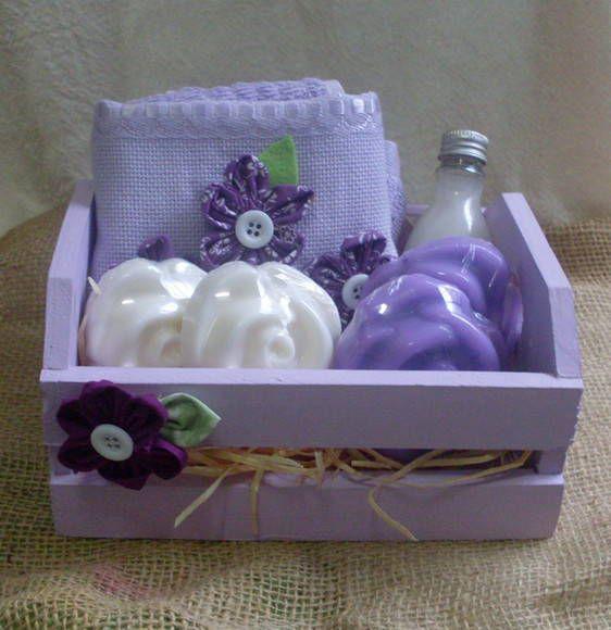 Kit para banho com os itens:sabonete liquido 60 ml+ toalha de lavabo com flores de fuxico+ 4 sabonetes artesanais.Vai nnuma embalagem em MDF com aplicação de fuxico.                                                                                                                                                                                 Mais