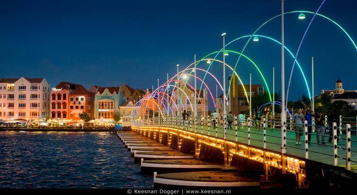 Curacao Sfeervol verlichte Pontjesbrug in Willemstad Kan haast niet wachten !!! Nog heel eventjes dan vlieg ik samen met mijn grote liefde naar dit prachtige eiland ...