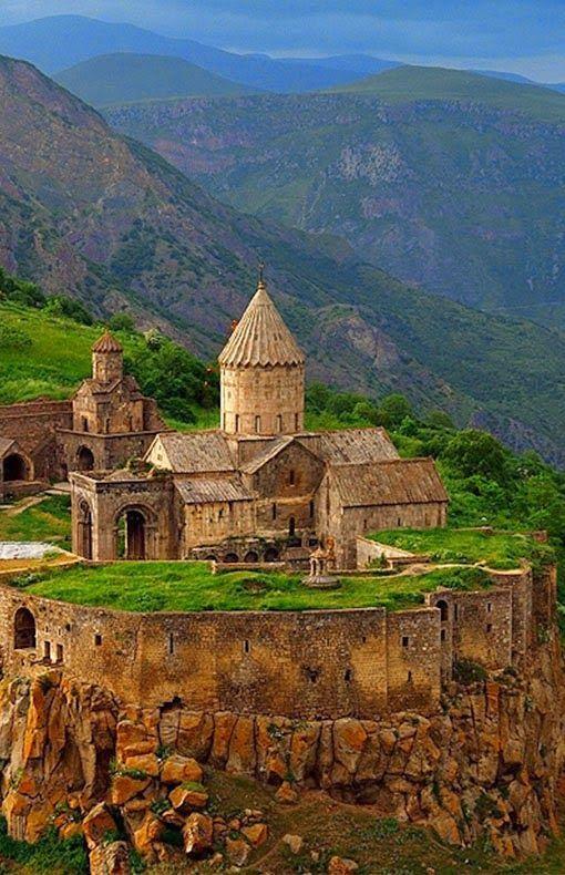 Il Monastero di Tatev è un monastero armeno del IX secolo che si trova su un ampio altopiano basaltico vicino al villaggio di Tatev nella provincia di Syunik, in Armenia sudorientale.