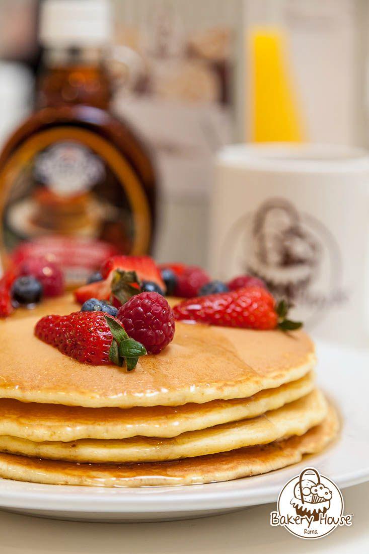 Pan Cakes: soffici Pancakes serviti con la scelta di frutta fresca, sciroppo d'acero o cioccolato.  www.bakeryhouse.it