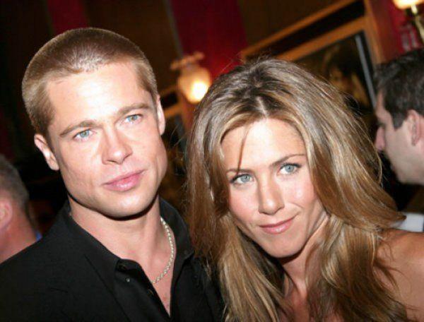 Анджелина Джоли и Брэд Питт   разводятся. Питт  опять  встречается  с  Дженнифер  Энистон.