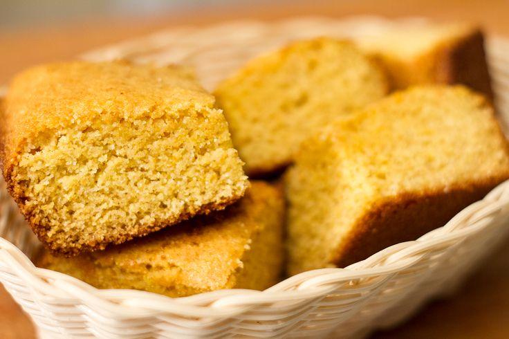 Un classique du sud des États-Unis, le cornbread est encore meilleur lorsque servi chaud avec un peu de beurre et accompagné de côtes levées, de brisket et de salade de choux.