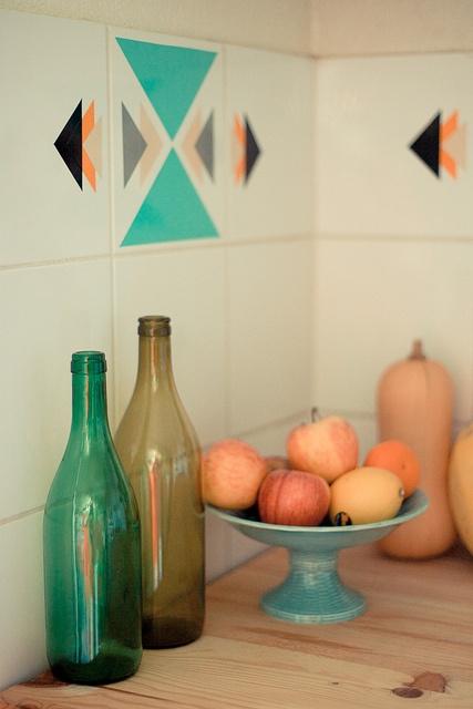 Customiser des carreaux de carrelages avec du masking tape! Idéal pour les cuisines!
