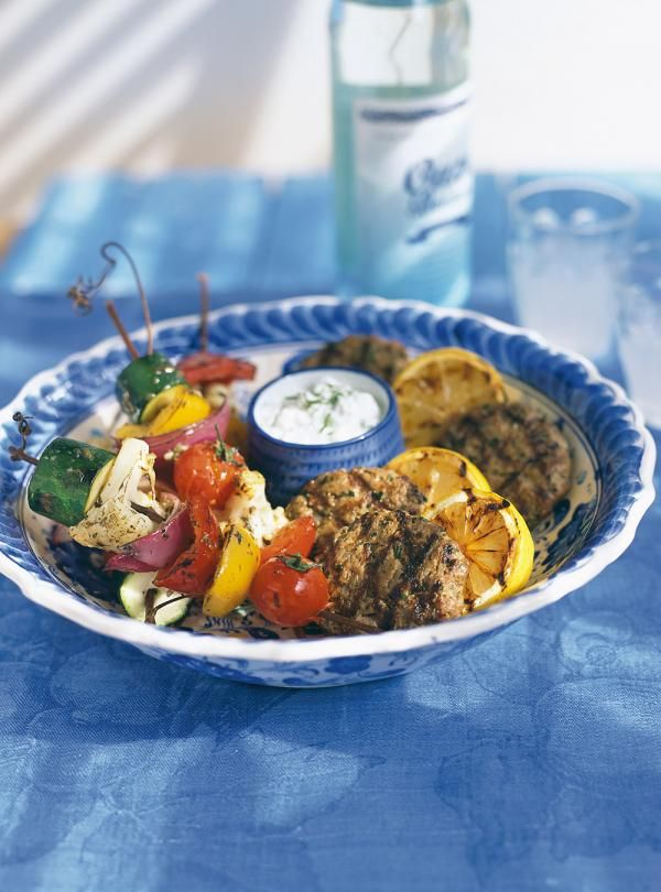 Recette de brochettes de légumes à la grecque. Cuisine du monde: recette de Ricardo. Enfiler les légumes dans les brochettes. Déposer sur le gril et cuire.