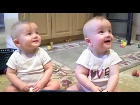 Des jumeaux imitent papa qui éternue
