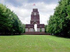 """Emplacement : le Mémorial se situe à proximité du village de Thiepval sur la D73 qui, à hauteur de Pozières, se détache de la route principale Bapaume-Albert (D929). Le cimetière situé derrière le mémorial se trouve sur les lignes de front du 1er juillet 1916.  Latitude: 50.050608 (50° 3' 2.19"""" N) Longitude: 2.685599 (02° 41' 8.16"""" E)"""