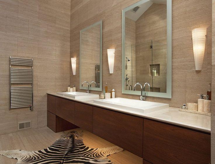 salle de bain avec tapis peau de zèbre et meuble sous lavabo massif