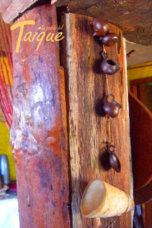 Pilar con Tapas de Madera Nativa  Coihue - Canelo Cantaros de greda Cuerno de Baca