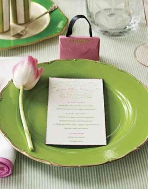 assiette verte avec un tulipe sur le bord