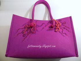 Borsa feltro color ciclamino      Nella mia borsa di feltro color ciclamino ho inserito una novità,   ovverol'ho decorata con d...