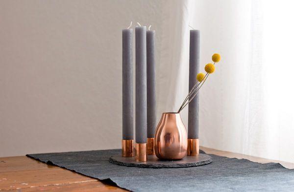 Sehr hübsche und minimalistische Variante – grau mit Kupfer! http://wp.hamburgvoninnen.de/2962/diy-kupfer-adventskranz/