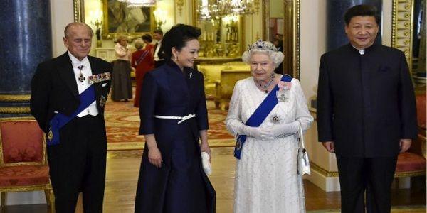 """Ratu Elizabeth II Terekam Mengatakan Pejabat China Sangat Kasar  Ratu Inggris Elizabeth II terekam kamera mengatakan bahwa para pejabat Cina """"sangat kasar"""" saat kunjungan kenegaraan Presiden Xi Jinping tahun lalu. Sri Ratu berbicara dengan seorang perwira polisi senior di sebuah pesta taman Istana Buckingham Rabu 11 Mei 2016 membicarakan perlakuan Cina terhadap duta besar Inggris untuk Cina. Hal ini terjadi setelah Perdana Menteri David Cameron terdengar mengatakan bahwa Afghanistan dan…"""