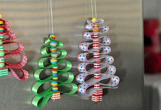 Albero di Natale fai da te: Il Natale è ormai alle porte. Per l'occasione, vi suggeriamo qualche idea fai da te per realizzare il vostro albero artigianale.