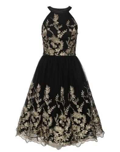 Elegantes Abendkleid aus Tüll von Chi Chi London. Das Kleid bekommt durch das bestickte Blumenmuster einen opulenten Look. Ideal für festliche Anlässe.