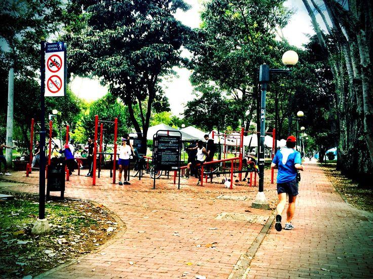 Hoy los saludamos desde nuestro #parque de la #semana, el #ParqueelVirrey de la #localidad de #Chapinero en #Bogota. Se caracteriza por sus #ciclorutas, senderos, zonas de descanso, equipos para ejercicio físico, juegos de niños y bebederos de agua para visitantes y #mascotas.