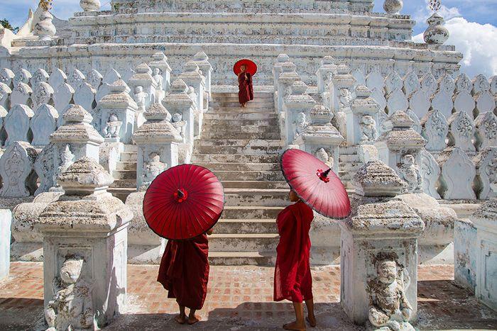Au Myanmar, des moines novices se protègent du soleil alors qu'ils visitent une pagode à Mandalay, la deuxième plus grande ville du pays et sa dernière capitale royale. On la surnommée alors « cité des joyaux » pour son jade réputé - National Geographic France
