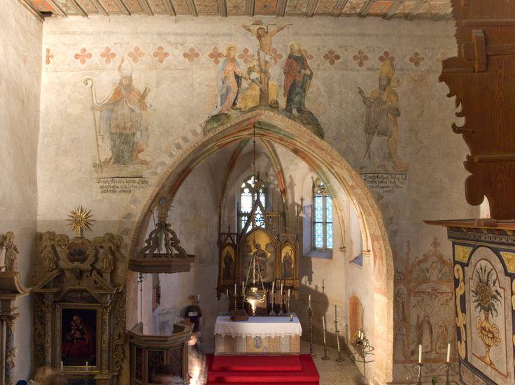 Kočí u Chrudimi. Výmalba pozdně renesanční, ornament listový a malba, strop i kruchta datována r. 1678.