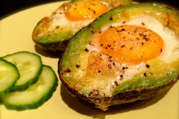 Avocado mit Ei im Ofen gebacken