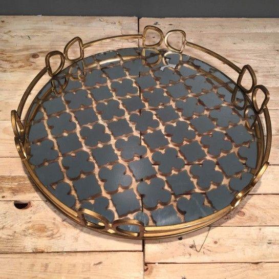 Εντυπωσιακός μεταλλικός στρογγυλός δίσκος γάμου σε χρυσό χρώμα με ιδαίτερα σχέδια στο εσωτερικό από καθρέφτη και τα κενά που σχηματίζοντε από αυτά να είναι διαφανήγια να δημιουργήσετε το δικό σας ξεχωριστό σετ γάμου ή να διακοσμήσετε το χώρο σας. http://nedashop.gr/Spiti-Diakosmhsh/diskoi/metallikos-xrysos-stroggylos-kathrefth?limit=90
