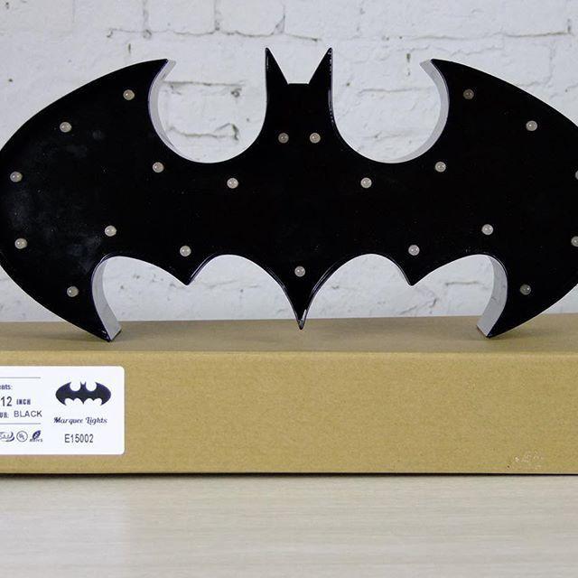 Batman Marquee Lampe Batman Marquee lampe fungere super godt som natlampe til barnets værelse. Den er håndlavet og kan både hænges på væggen eller stille den på